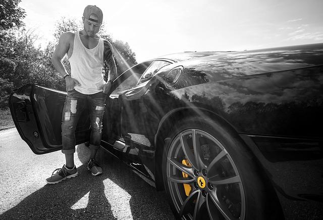 mladík u Ferrari