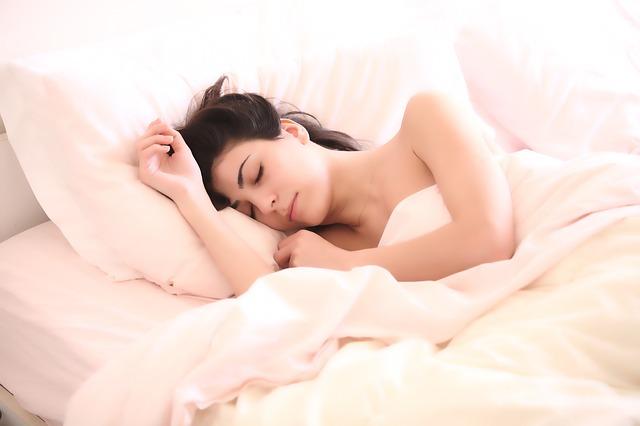 spící brunetka