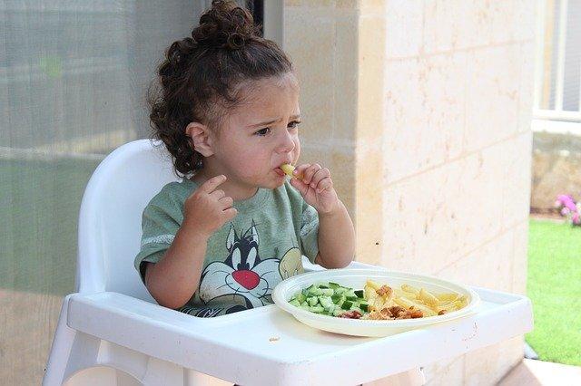 dítě a jídlo