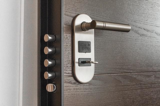 Pootvorené bezpečnostné dvere