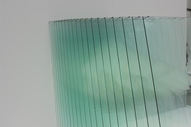 Tabule skla naskladané vedľa seba