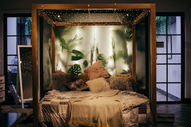 Posteľ so svetielkami a zelenými rastlinami