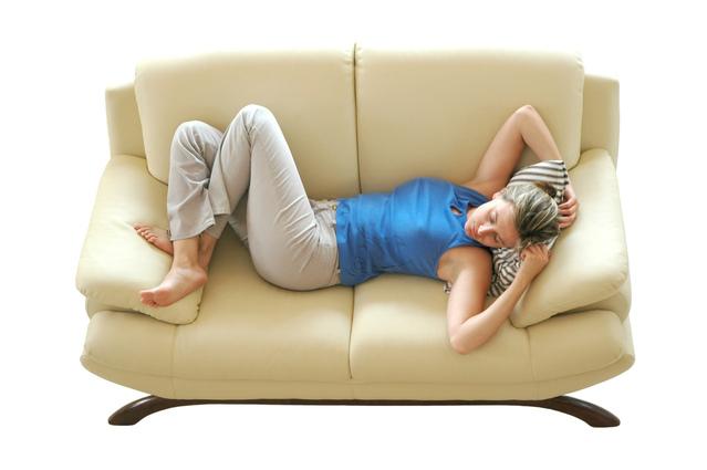 Žena spí na gauči