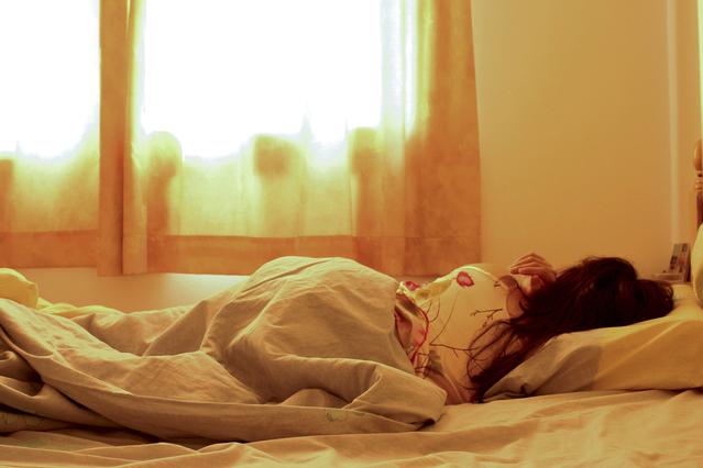 Žena spiaca v posteli