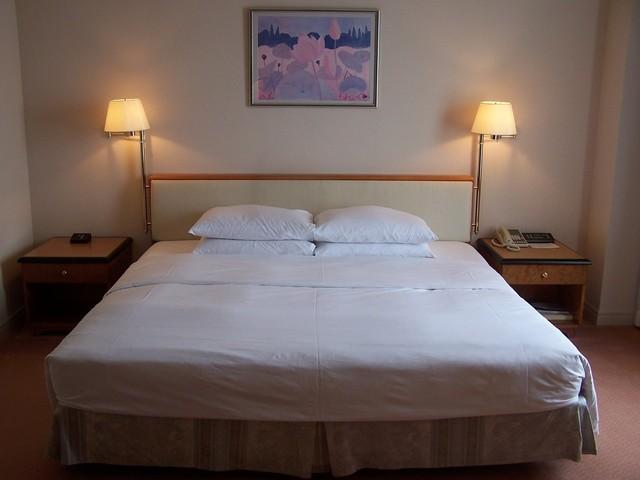 Posteľ, hotelová izba