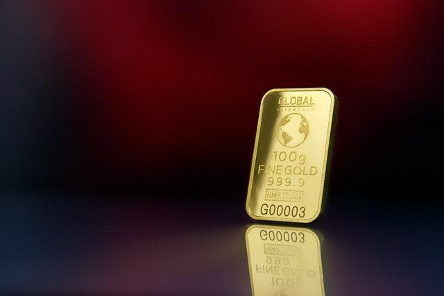 zlatá placka na podkladu
